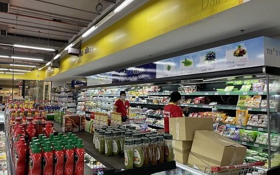 超市員工不斷地為貨架上添加更多的商品。(圖源:工商報)