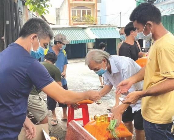 平治東坊自由舊村的村民領取救濟品。