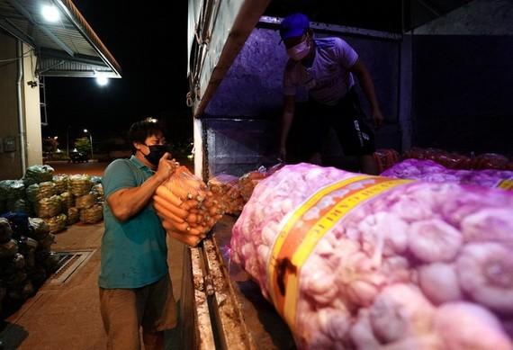 一輛貨車在福門集散市場旁卸貨。(圖源:Zing)