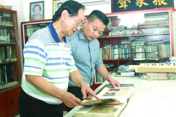 張漢明畫家向後輩介紹堤岸水墨畫的歷史沿革。
