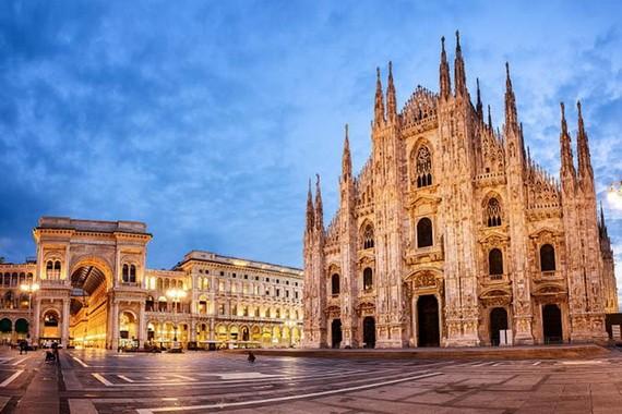 """""""米蘭大教堂""""的龐大建築。"""