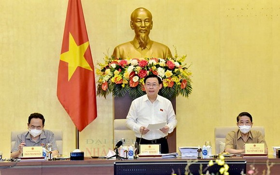 國會主席王廷惠(中)主持會議。(圖源:范翠)
