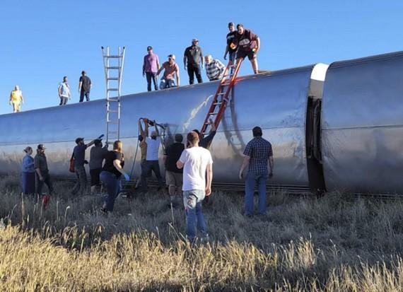 大批乘客爬車頂逃生。(圖源:互聯網)