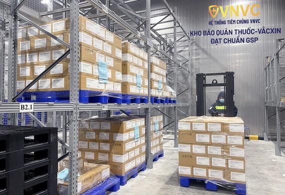 越南疫苗股份公司(VNVC)接種系統昨(27)日中午繼續向衛生部移交131萬7500劑阿斯利康新冠疫苗。(圖源:VNVC)