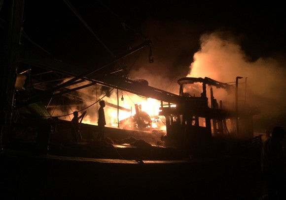 Cháy 2 tàu cá của ngư dân khi đang trú bão số 9, thiệt hại trên 1 tỉ đồng ảnh 1