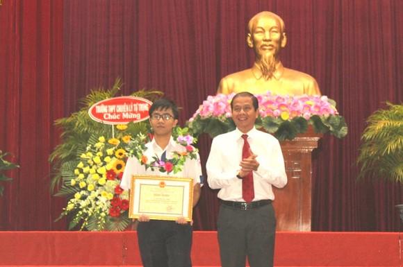 Nguyễn Bá Vinh nhận bằng khen của Chủ tịch UBND TP Cần Thơ ảnh 1