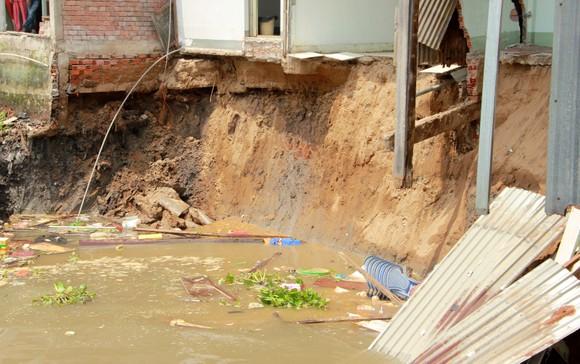 Sạt lở kinh hoàng khiến nhiều diện tích 5 căn nhà và 1 nhà xưởng trôi sông ảnh 3