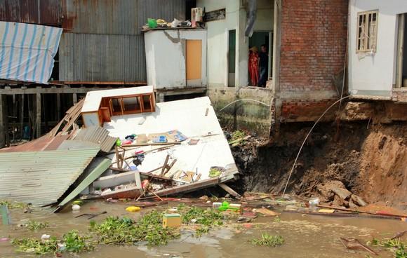 Sạt lở kinh hoàng khiến nhiều diện tích 5 căn nhà và 1 nhà xưởng trôi sông ảnh 1