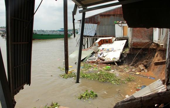 Sạt lở kinh hoàng khiến nhiều diện tích 5 căn nhà và 1 nhà xưởng trôi sông ảnh 2