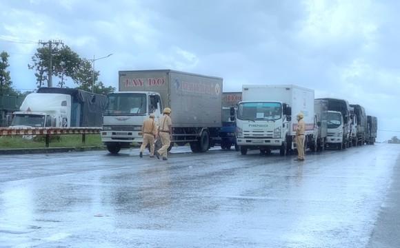 Cần Thơ: Ùn ứ phương tiện vận tải hàng hoá tại bãi tập kết ảnh 4