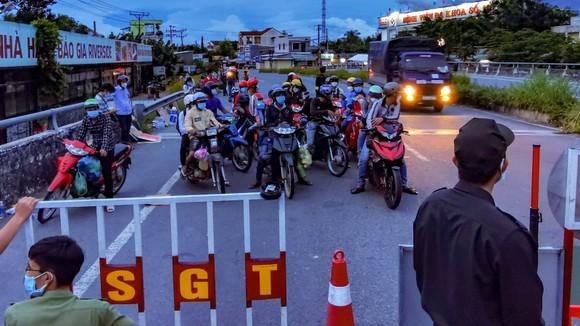 Sóc Trăng tiếp nhận gần 1.000 người dân đi xe máy về quê ảnh 1