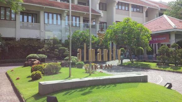 Bảng trang trí tên khách sạn Almanity bị cán bộ Đội kiểm tra văn hoá Hội An yêu cầu tháo dỡ