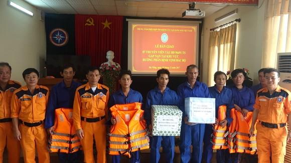 Tàu SAR 411 cứu 7 ngư dân cùng tàu cá Bình Định gặp nạn trên biển  ảnh 2