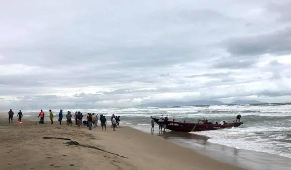 Đồn Biên phòng Cửa Đại và người dân TP An tổ chức cứu kéo các tàu cá Đà Nẵng trôi dạt trên biển