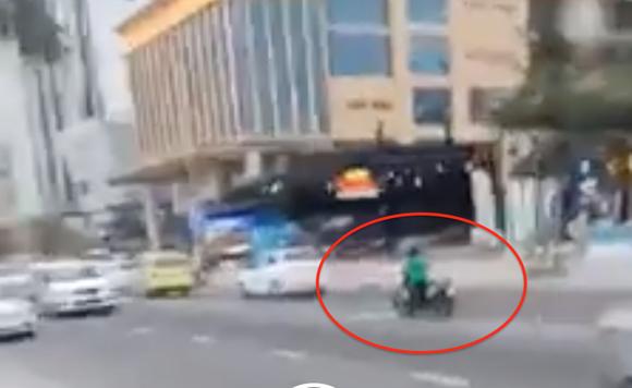 Người phụ nữ tự ý dắt xe du khách đưa ra để giữa đường (trong vòng tròn đỏ) gây phản cảm
