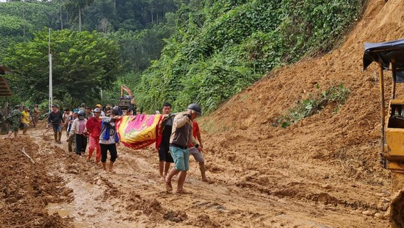 Thảm họa sạt lở vùi lấp người ở Trà Leng, Trà Vân: Tìm được 14 thi thể, 14 người chưa tìm được ảnh 18