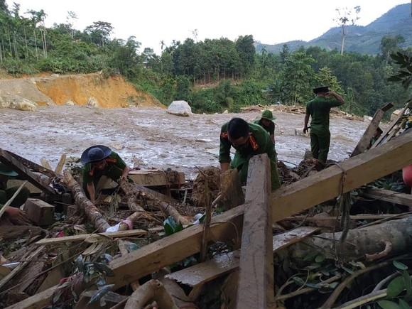 Thảm họa sạt lở vùi lấp người ở Trà Leng, Trà Vân: Tìm được 14 thi thể, 14 người chưa tìm được ảnh 2