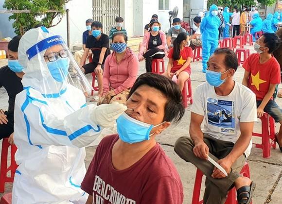 Nhân viên y tế quận Sơn Trà lấy mẫu xét nghiệm Covid-19 tại phường Nại Hiên Đông