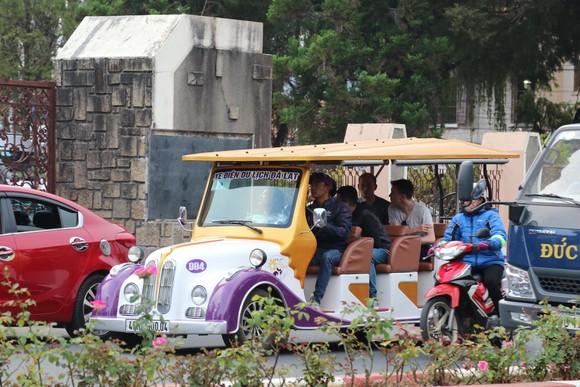 Đường phố Đà Lạt kẹt cứng phương tiện chở khách nghỉ lễ ảnh 10