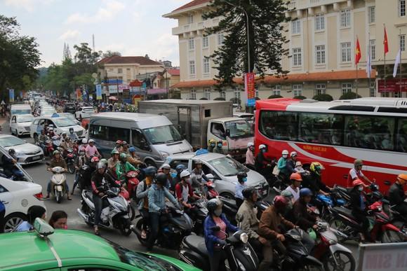 Đường phố Đà Lạt kẹt cứng phương tiện chở khách nghỉ lễ ảnh 1