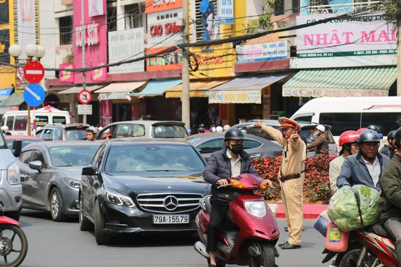 Đường phố Đà Lạt kẹt cứng phương tiện chở khách nghỉ lễ ảnh 11
