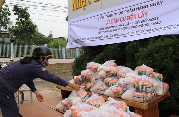 Lan toả tấm lòng thơm thảo, hàng trăm phần quà hỗ trợ người dân gặp khó khăn trong mùa dịch ảnh 1