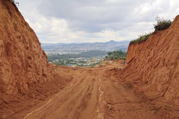 Đà Lạt: Vô tư 'xẻ núi' mở đường khai thác khoáng sản ảnh 1
