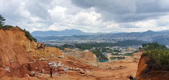 Đà Lạt: Vô tư 'xẻ núi' mở đường khai thác khoáng sản ảnh 2