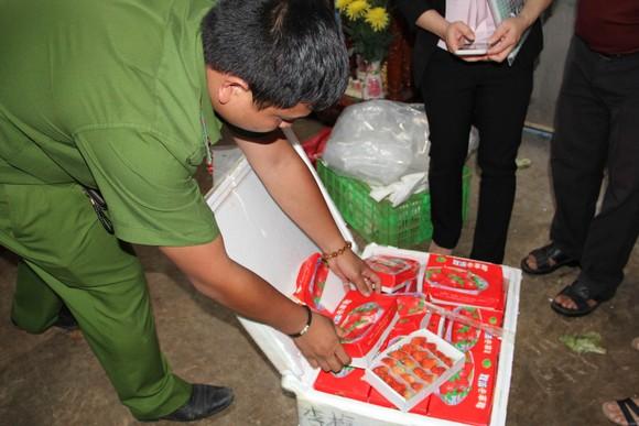 Bắt giữ hơn 600 thùng dâu tây nghi của Trung Quốc nhập lậu vào Đà Lạt qua đường hàng không ảnh 2