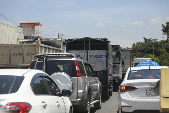 Xe container va chạm xe khách khiến Quốc lộ 20 ùn tắc kéo dài ảnh 2