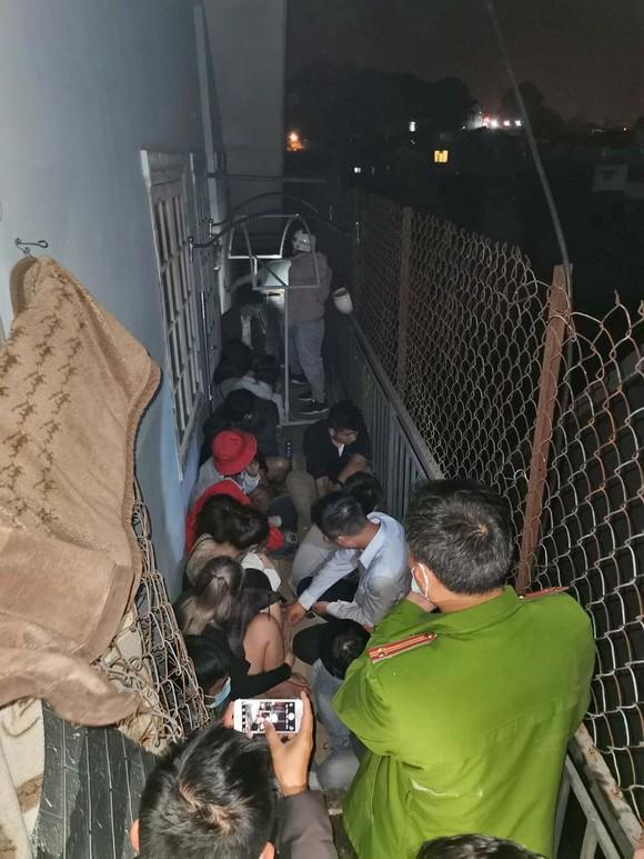 Hàng chục thanh niên 'cố thủ' trong 2 quán karaoke khi bị bắt quả tang tụ tập giữa mùa dịch ảnh 1