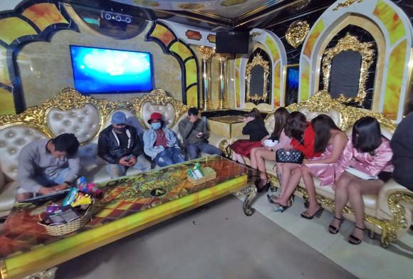 Hàng chục thanh niên 'cố thủ' trong 2 quán karaoke khi bị bắt quả tang tụ tập giữa mùa dịch ảnh 3