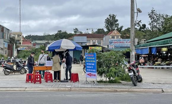 Người dân Đà Lạt đổ xô mua đồ dự trữ giá 'nhảy vọt' ảnh 1