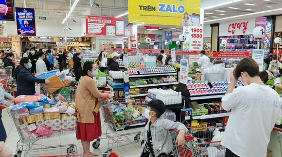 Người dân Đà Lạt đổ xô mua đồ dự trữ giá 'nhảy vọt' ảnh 4