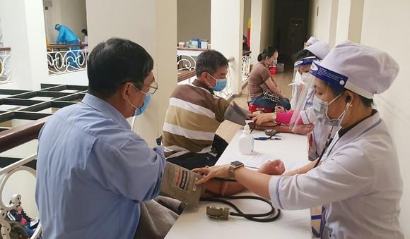 Lâm Đồng bắt đầu tiêm vaccine phòng Covid-19 cho lái xe, phụ xe tải ảnh 1
