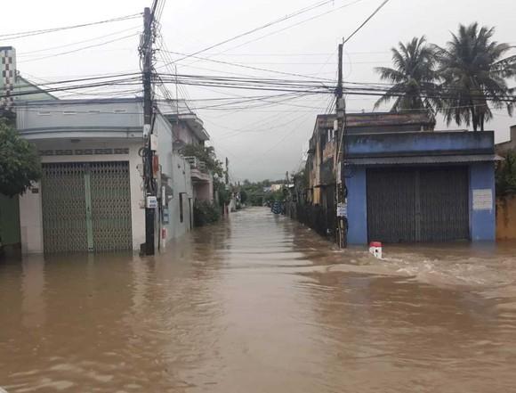 Nhiều nơi ở Khánh Hòa bị ngập sâu, đường huyết mạch tê liệt ảnh 4