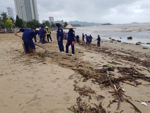 """Biển Nha Trang """"ngập"""" rác sau mưa lũ ảnh 2"""