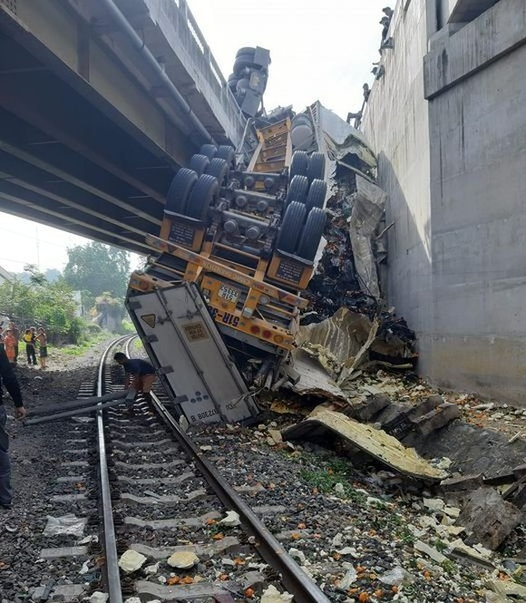 Xe container mất lái lao xuống rãnh cầu, đường sắt tê liệt ảnh 1