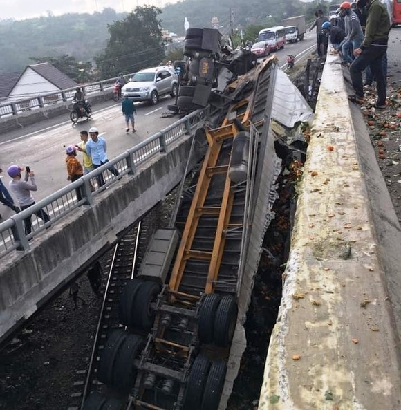 Xe container mất lái lao xuống rãnh cầu, đường sắt tê liệt ảnh 2