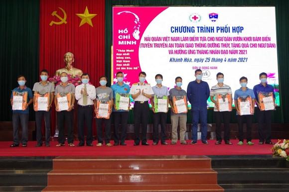 Tặng ngư dân Khánh Hòa 200 áo phao cứu sinh ảnh 1