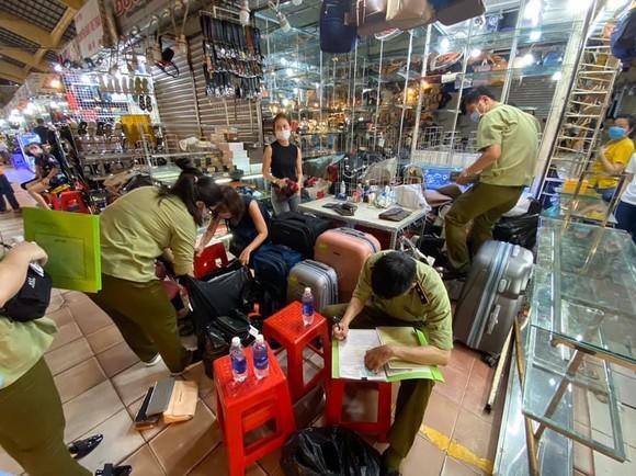 Thu giữ 1.500 đồng hồ, kính, ví... có dấu hiệu giả nhãn hiệu nổi tiếng tại chợ Bến Thành, Saigon Square ảnh 1