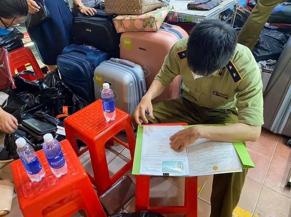 Thu giữ 1.500 đồng hồ, kính, ví... có dấu hiệu giả nhãn hiệu nổi tiếng tại chợ Bến Thành, Saigon Square ảnh 3
