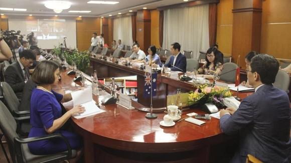 Bộ trưởng công thương Việt Nam hội đàm trực tuyến với Úc và Mỹ về vấn đề gì? ảnh 1