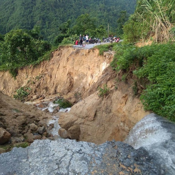 Cận cảnh nhà máy thủy điện bị đất đá vùi trong mưa lũ ảnh 1