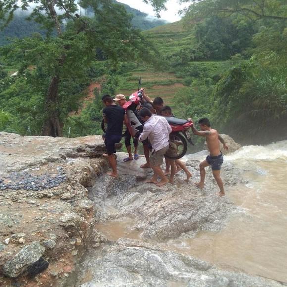 Cận cảnh nhà máy thủy điện bị đất đá vùi trong mưa lũ ảnh 4