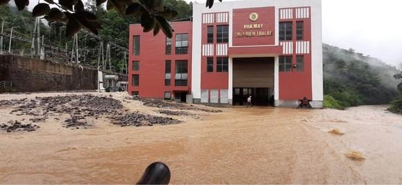 Cận cảnh nhà máy thủy điện bị đất đá vùi trong mưa lũ ảnh 6
