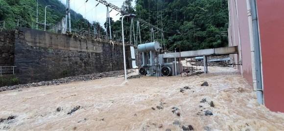 Cận cảnh nhà máy thủy điện bị đất đá vùi trong mưa lũ ảnh 7