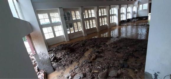 Cận cảnh nhà máy thủy điện bị đất đá vùi trong mưa lũ ảnh 9
