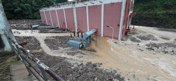 Cận cảnh nhà máy thủy điện bị đất đá vùi trong mưa lũ ảnh 11