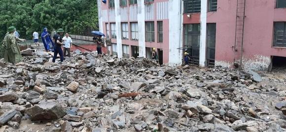 Cận cảnh nhà máy thủy điện bị đất đá vùi trong mưa lũ ảnh 12